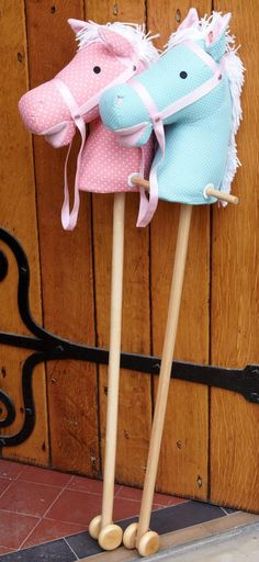 Pastel coloured hobby horse makes a sound Sewing Toys, Sewing Crafts, Sewing Projects, Crafts To Make, Crafts For Kids, Diy Crafts, Unicorn Party, Unicorn Birthday, Stick Horses