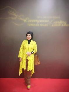 Kebaya. Salah satu Baju nasional Indonesia yg ku suka  Kebaya kuning lemon ini modifikasi dari model kebaya kutu baru..
