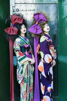 The new but old style of Kimono Hime is making its way back into Japanese Fashion. Have you seen photos of Kimono Hime creeping its way back into your fashion Japanese Outfits, Japanese Fashion, Asian Fashion, Furisode Kimono, Kimono Dress, Japanese Culture, Japanese Art, Kimono Fashion, Fashion Art