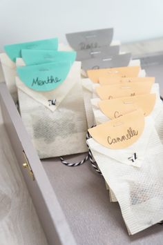 Créer ses sachets de thé DIY Atelier Fleur de Mai Diy Cadeau Noel, Christmas Gifts, Xmas, Tea Packaging, Do It Yourself Home, Little Gifts, Diy Gifts, Diy And Crafts, Gift Wrapping