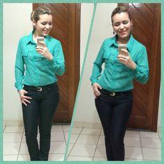 #LookVerde Calça jeans escura, camisa estilo alfaiataria e acessórios. Show!