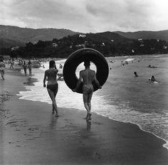 Cavalaire. Août 1959. Robert Doisneau.……réepinglé par Maurie Daboux۰⋱‿✿╮