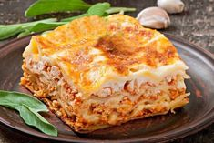 Ingredientes: 1 peito de frango 500 g de queijo mussarela fatiado 400 g de presunto fatiado 1 pacote de massa para lasanha 1 pote de requeijão cremoso 2 caldos de galinha (ou tempero completo sabor galinha) 2 copos de leite 1 pacote de natas 2 colheres de farinha 3 colheres de manteiga 1 cebola média …