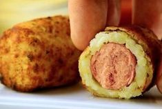 Press the potato flat in your hand, place the hot dog on top, and cover. Yummy Snacks, Yummy Food, Tasty, Cookbook Recipes, Cooking Recipes, The Kitchen Food Network, Breakfast Recipes, Snack Recipes, Les Croquettes