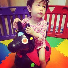 Instagram media yoshiee_nya - 白馬…じゃなくて黒の #ロディ にパジャマで(しかもズボン脱いだ)乗ったうちの食いしん坊王子。  月曜日は保育園が嫌すぎて大泣きです……金曜日は泣かないのになぁ…がんばれ!! ちなみにロディ、200kgまで大丈夫って書いてあったので乗ってみたら、旦那に「わっ!なんで!破れるよ!!」とびっくりしたように言われました…( ˉ ˓_ ˉ )