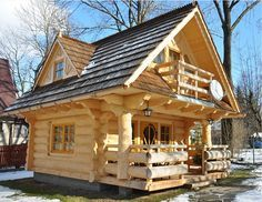 The Perfect Log Cabin Log homes are one of the most resistant types of home and they are also very affordable. For centuries, people around the world have been living in log homes and they seem to be quite popular nowadays too. This next cute tiny log ho Little Log Cabin, Tiny Log Cabins, Tiny House Cabin, Log Cabin Homes, Cabins And Cottages, Mountain Cabins, Small Log Cabin Plans, Cabins In The Woods, House In The Woods