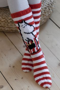The outline of the Moominmamma design is embroidered with black yarn and the details on the handbag with the Miffle yarn using duplicate stitches. Lace Knitting, Knitting Socks, Knitting Patterns Free, Stitch Patterns, Knit Crochet, Dk Weight Yarn, Wool Socks, Red Socks, Back Stitch