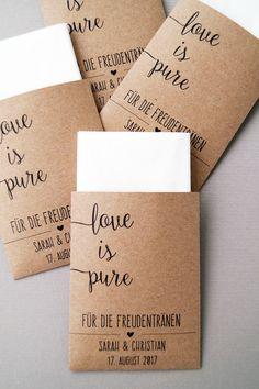 Oft begleiten Tränen die große Freude bei einer Hochzeit, deshalb ist es eine liebevolle Geste, wenn ihr im Standesamt oder in der Kirche Freudentränen-Taschentücher auf die Sitzbänke legt oder...