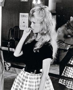 Brigitte Bardot y la manía de morderse las uñas...                                                                                                                                                     Más