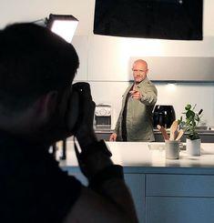 Kurze Fotosession mit @reneschudel während dem Dreh. Bald wird gekocht  Im Mai gehts weiter mehr Infos folgen!  #kitchen #koch #foto #shooting #dreh #vivengmbh #produktion #produktionsagentur #set #philips #schweiz #zürich #staytuned Mai, Instagram, Switzerland, Cooking