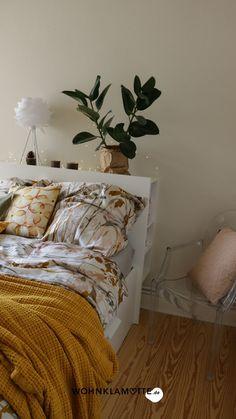 Wir zeigen Dir ein paar schöne Ideen für die Wandgestaltung in Deinem Schlafzimmer. Die richtige Wandfarbe für das Schlafzimmer zu finden ist nicht leicht. Mit diesen Tipps gelingt die Farbgestaltung vom klassischen Weiß zum neuen Farbton School House White! Furniture, Home Decor, Paint, Bedroom Ideas, Couple, Home Decor Accessories, Ad Home, Decoration Home, Room Decor