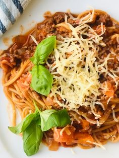 """One pot pasta -bolognese stil"" er et stort hit herhjemme. Se super nemme opskrift lige her... Pasta Bolognese, Best Carrot Cake, Weight Watchers Chicken, Snack Recipes, Snacks, One Pot Pasta, Rind, Bacon, Italian Recipes"
