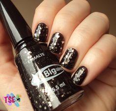 Aquárius: glitter prata sobre base preta jelly.