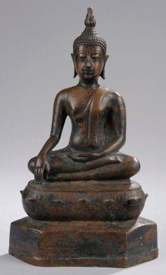 Buddha Maravijaya assis en virasana sur un socle lotiforme étagée. Bronze à patine du temps. Thaïlande. Royaume de Sukkothaï. 14 ème à 15 ème siècle. H34cm