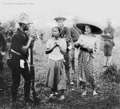 Filipino women seeking help from American soldiers, Philippines, 1899 - philippines holiday The Spanish American War, American History, Les Philippines, Philippine Holidays, Boxer Rebellion, Filipino Culture, American Soldiers, Historical Pictures, Military History