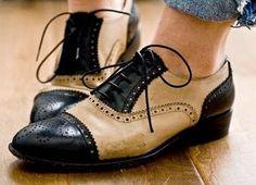 (Ciclo Médio - Moda). Os sapatos Oxford tornaram-se populares nos anos 1800 enquanto as tendências da moda se tornavam mais práticas do que ornamentais.Esses sapatos foram inicialmente usados na Escócia e na Irlanda e em seguida tornaram-se populares na Inglaterra e nos Estados Unidos. Durante a maior parte de sua história, esses sapatos foram feitos exclusivamente para homens. Agora, eles também são produzidos em tamanhos femininos com a mais extrema ornamentação, cores e saltos mais altos.