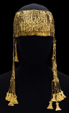 A large diadem, a unique monument of ancient jewelry, dating, like most of the items found by Schliemann 19 Trojan treasures period of Troy IIg (2400-2200 BC), ie it refers to the era of the early Bronze Age.