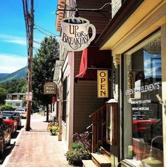 Main Street, Manchester, Vermont - Travel Tips Vacation Places, Vacation Trips, Places To Travel, Places To Go, Vacations, New England States, New England Travel, Family Road Trips, Beach Trip