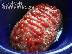 Creatively Domestic: Meatloaf in the Crockpot - The woman who posted this recipe said her husband told her it was the best meatloaf he'd ever had.and it was put together in just a few minutes in the crock pot! Meatloaf in the Crockpot Recipe Crock Pot Food, Crockpot Dishes, Crock Pot Slow Cooker, Slow Cooker Recipes, Beef Recipes, Cooking Recipes, Cooking Games, Cooking Rice, Crock Pots
