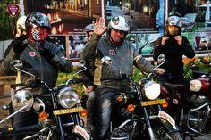 Inde du sud a moto Royal Enfield, une authentique moto pour une région mythique Les Royal Enfield sont les motos les plus adaptés aux diverses routes indiennes, qui sont à elles seules une ode à la diversité. Nos motos sont régulièrement entretenus avec soin ce qui vous permet d'envisager votre circuit en Inde du sud a moto Royal Enfield sereinement.