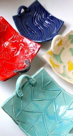 Pottery is elegant, diverse and quite the attractive addition to any part of your home. The kitchen is no exception as it can also benefit from the addition of pottery in a variety of ways. Hand Built Pottery, Slab Pottery, Ceramic Pottery, Pottery Art, Ceramics Projects, Clay Projects, Clay Crafts, Clay Box, Clay Plates