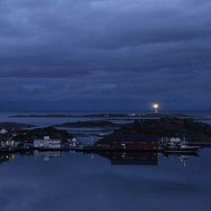 Flekkerøya 10. mai. #fyrtårn #wonderlust #blue #bluetime #nofilter #norway #oksøyfyr #nrksørlandet #visitnorway #kristiansandavis #photo #coust #kysten #lighthouse #sea #ocean #northsea #holmerogskjær #peaceful #peace #photography #photographer #lights #boat #boat #fishing #cod #fish #fiske #fisketur