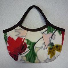 アンティークの銘仙着物をリメイクした、グラニーバッグです。 銘仙独特の、モダンな草木模様~♪赤と黄色のお花と、緑の葉が、とても印象的に織り出されています。背景...|ハンドメイド、手作り、手仕事品の通販・販売・購入ならCreema。