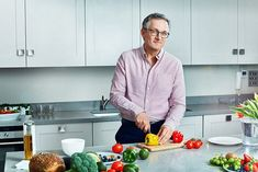Dr Michael Mosley explains how the new approach involves Time Restricted Eating. It is very simple: you extend your overnight fast by having a later breakfast or earlier evening meal. 800 Calorie Diet Plan, 800 Calorie Meal Plan, Michael Mosley, Diet Plans To Lose Weight, How To Lose Weight Fast, 5 2 Diet Plan, Reduce Weight, Diet Tips, Diet Recipes