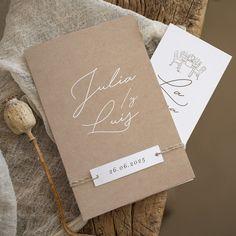 Delicada, original y elegante... El modelo Bérgamo será ideal para invitar a tus familiares y amigos. Fondo kraft y letras en blanco. Este modelo incluye 2 tarjetas: invitación de boda en formato díptico y una tarjeta para más información. #cottonbirdes #nuevacoleccion #boda #blogboda #instaboda #instawedding #futurasnovias #invitacionesdeboda #wedding #noscasamos #inspiracionbodas #weddinginspiration #novias2020 #boda2020 #novia2021 #boda2021 #bergamo Paper Shopping Bag, Place Cards, Place Card Holders, Invitations, Rustic, Dinner, Wedding Invitations, The Originals, Cards