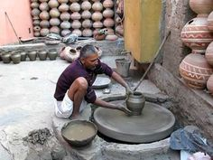 Man making pottery outside Udaipur, India Ceramic Tools, Ceramic Materials, Pottery Tools, Pottery Wheel, Ceramic Pottery, Ceramic Art, 3rd Grade Art Lesson, Sculpture Lessons, Pottery Videos