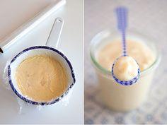 La crema pastelera es una crema muy utilizada en el mundo de la repostería. Normalmente es usada como relleno de tartas, milhojas, lionesas, éclairs, profiteroles, etc. A parte de usarse como relleno, es la base de cremas tradicionales tales como las natillas, cuya receta publiqué hace unos días, o la crema catalana. Se trata de una crema suave, cuyos ingredientes son muy básicos: Leche, yemas de huevo, azúcar y fécula de maíz, más conocida por el nombre comercial de Maizena. Del mismo modo…