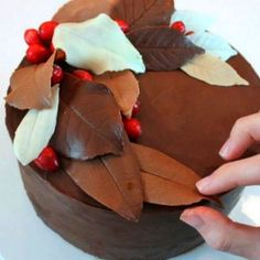 Learn how to adorn your fall wedding cake with edible, realistic-looking autumn leaves with this How to Make Chocolate Leaves tutorial. cakes chocolate How to Make Chocolate Leaves Cakes To Make, How To Make Cake, Cake Decorating Techniques, Cake Decorating Tutorials, Cookie Decorating, Decorating Cakes, Cake Icing, Eat Cake, Cupcake Cakes
