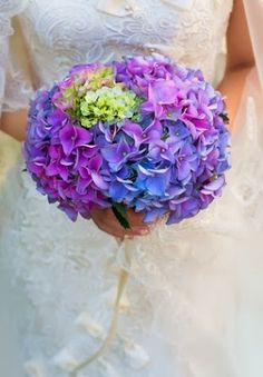 Types of Wedding Bouquets: Round Flower. http://memorablewedding.blogspot.com/2014/01/types-of-wedding-bouquets.html