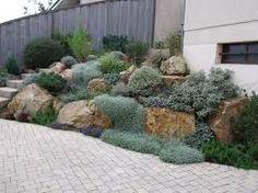 Jardin en pente comment planter plantation jardins et for Enrochement paysager