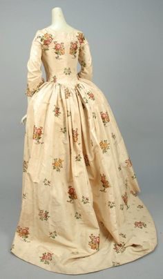 SILK BROCADE ROBE a L'ANGLAISE, CANADIAN, 1750 - 1775. - Price Estimate: $3000 - $4000