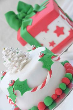 Adorable idea for Christmas Cake decorations, love the candy cane theme! Christmas Cake Decorations, Christmas Cupcakes, Christmas Sweets, Holiday Cakes, Christmas Cooking, Noel Christmas, Christmas Goodies, Holiday Treats, Xmas Cakes