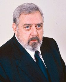 Raymond Burr born Raymond William Stacey Burr (May 1917 September was a Canadian actor, primarily known for his title roles in the television dramas Perry Mason and Ironside. Famous Men, Famous Faces, Famous People, Hollywood Stars, Classic Hollywood, Old Hollywood, Hollywood Actor, Perry Mason, Tv Actors