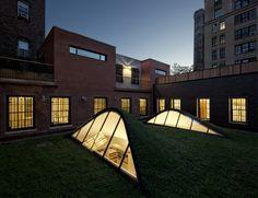 Située dans le quartier historique de Greenwich Village, la résidence est composée de deux bâtiments de faible hauteur dont l'un était à l'origine un atelier de métallurgie et l'autre un garage. Dans les 80′s, Roy Lichtenstein et sa famille ont converti ces deux espaces pour en faire leur résidence et le studio de l'artiste.