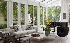 Arte e design entre vãos envidraçados compõem décor em casa de 796 m² (Foto: Divulgação)
