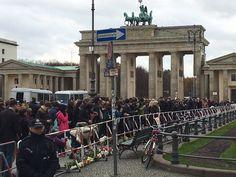 Immer Menschen versammeln sich in Berlin und Trauern mit den Opfern von Paris/,@POLITICOEurope