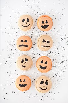 Tricks & Treats: Halloween Macarons & Spooky Sprinkled Oreos Jack-o-lantern & Skeleton Macarons Source by twopeasandpod Halloween Desserts, Diy Halloween Party, Halloween Cookie Recipes, Halloween Cookies, Holidays Halloween, Halloween Treats, Vintage Halloween, Happy Halloween, Halloween Decorations