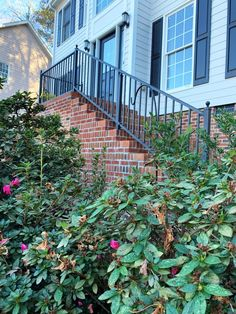 As we're all relaxing and enjoying our Thanksgiving leftovers, we would love to take a minute to congratulate Brian from North Carolina for catching our eye and winning our Deck of the Month contest! What an amazing example of how much depth and detail adding some metal deck railing to your home's front steps can really achieve. Composite Deck Railing, Metal Deck Railing, Deck Railing Systems, Deck Balusters, Deck Railing Design, Iron Railings, Diy Porch, Diy Deck, Under Deck Drainage