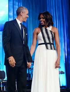 How Michelle Obama Became a National Style Treasure Michelle Obama Flotus, Michelle Obama Fashion, Barack And Michelle, Obama Family Pictures, Obama Photos, Family Photos, Joe Biden, Durham, Barack Obama Family
