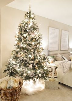 White and gold Christmas tree Lights put under tulle curtains from Ikea - bright idea and pretty cute too :) Magical Christmas, Merry Little Christmas, Noel Christmas, Beautiful Christmas, Winter Christmas, Christmas Bedroom, Christmas Tree Inspo, Christmas Tree Presents, Christmas Tree Basket