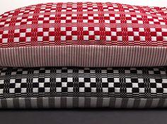Väv på fyra skaft! | Hemslöjdens Förlag Weaving Textiles, Weaving Patterns, Dobby, Shibori, Fiber Art, Loom, Hand Weaving, Cushions, Tapestry