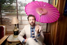 Steal His Look: Jason Sudeikis' Sneaker Style Men Shoes With Jeans, Jason Sudeikis, Boat Fashion, Mens Fashion, Pink Umbrella, Teenage Dream, Celebs, Celebrities, Famous Faces