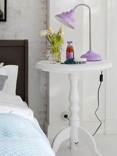 Dormitorio: mesa auxiliar convertida en mesilla