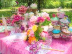 ウェディングではなく、ピクニックとして個人の人が演出したテーブルコーディネートですが、色合いなどとても参考になりますね!