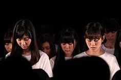 """アイドルグループ「AKB48」が3月11日、東京・秋葉原のAKB48劇場で""""東日本大震災復興支援特別公演~誰かのためにプロジェクト~""""を行った。専用劇場で復興支援イベントを同時開催した姉妹グループの「SKE48」「NMB4」「HKT48」、東京・有明の東京ビッグサイトで握手会を行っていた「SDN48」と中継を結び、震災発生時刻の午後2時46分に1分間の黙とうを捧げ、総勢282人で復興支援ソング「誰かのために―What can I do for someone?―」を熱唱した。"""