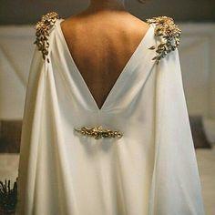 2019 gelinlik trendi: Pelerinli gelinlikler 2019 wedding dress trend: Wedding dresses with capes Wedding Dress Trends, Wedding Gowns, Wedding Outfits, Lace Wedding, Cape Dress, Dress Up, Mode Style, Fancy, Bride